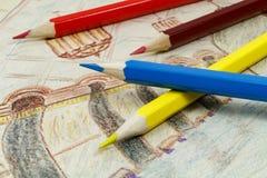 Hölzerne Farbe zeichnet auf einem Hintergrund von Kind-` s Zeichnung an Lizenzfreie Stockbilder