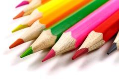 Hölzerne Farbe zeichnet auf einem weißen Hintergrund, Ansicht schräg an Lizenzfreie Stockbilder