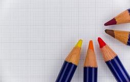 Hölzerne Farbe zeichnete Halbrund mit dem Papier als Hintergrund lizenzfreie stockfotos