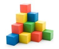 Hölzerne farbige aufbauende Pyramide der Würfel Stockfoto