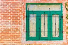 Hölzerne Fenster auf Backsteinmauer Häuschen-Haus Lizenzfreie Stockbilder