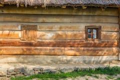 Hölzerne Fenster auf einem Blockhaus Lizenzfreies Stockbild