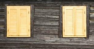 Hölzerne Fenster und Blendenverschlüsse Lizenzfreie Stockfotos