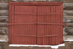 Hölzerne Fensterläden der Weinlese in einem Blockhaus Stockfotografie