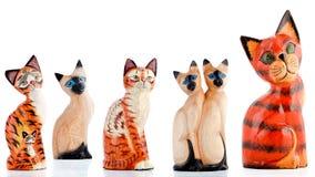 Hölzerne Figürchen, dekorative Figürchen, Katzen, lizenzfreie stockbilder