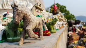 Hölzerne Figürchen des alten Handwerks des Pferds am Geisthaus Stockbilder