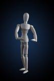 Hölzerne Figürchen, die Muskeln in der Bodybuilderhaltung auf Dunkelheitsrückseite biegt Lizenzfreie Stockbilder