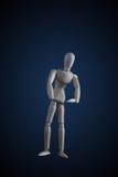 Hölzerne Figürchen, die Muskeln in der Bodybuilderhaltung auf Dunkelheitsrückseite biegt Stockbild