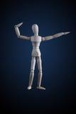 Hölzerne Figürchen, die Muskeln in der Bodybuilderhaltung auf Dunkelheitsrückseite biegt Lizenzfreies Stockfoto