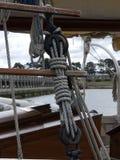 Hölzerne Flaschenzüge und Seile auf Weinlesesegelboot Lizenzfreie Stockfotografie