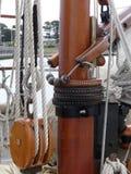Hölzerne Flaschenzüge und Seile auf Weinlesesegelboot Lizenzfreie Stockbilder