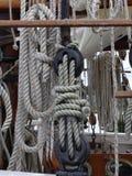 Hölzerne Flaschenzüge und Seile auf Weinlesesegelboot stockfoto