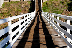 Hölzerne Fußgängerbrücke und Treppen Stockbilder