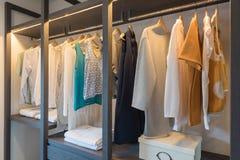 hölzerne Garderobe im Weg im Wandschrank lizenzfreies stockbild