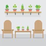 Hölzerne Garten-Stühle und Blumentöpfe Stockfotos