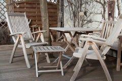 Hölzerne Gartenmöbel mit Tabelle und Stuhl stockbilder