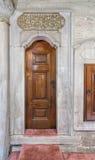 Hölzerne gealterte gravierte Tür- und Marmorwand Stockfotos