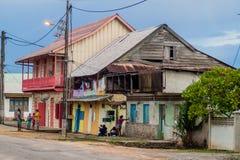 Hölzerne Gebäude in St Laurent du Maroni stockbilder