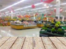 Hölzerne Gegenproduktanzeige mit Früchten legt im Supermarkt beiseite Stockbild