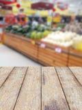 Hölzerne Gegenproduktanzeige mit Fruchtregalen Stockbilder