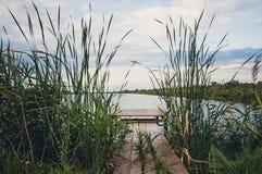 Hölzerne Gehwege für Fischer auf dem Fluss lizenzfreie stockfotos