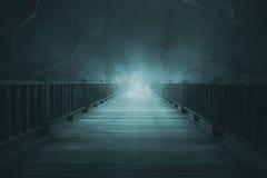 Hölzerne Gehwege mit starkem Nebel lizenzfreies stockfoto