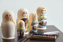 Hölzerne genistete Puppen auf dem Tisch an der Werkstatt Stockbild