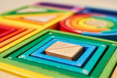 Hölzerne geometrische Farbformen Montessori stockfoto