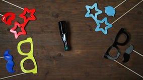 Hölzerne Gesamtlänge hd Schreibtisch der Maskenflaschendrehbeschleunigung stock video footage