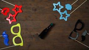 Hölzerne Gesamtlänge hd Schreibtisch der Maskenflaschendrehbeschleunigung stock video