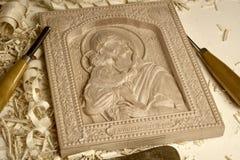 Hölzerne geschnitzte orthodoxe Ikone von der Mutter des Gottes und des Kindes Jesus auf einem weißen Hintergrund Stockfotos