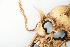 Hölzerne geschnitzte SchädelTotenmaske auf Weiß Stockbild