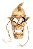 Hölzerne geschnitzte SchädelTotenmaske auf Weiß Stockfotos