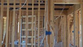 Hölzerne Gestaltungsarbeit in den Wänden und im Decken- oder Bodenbalken auf Neubaugebäude stock video footage