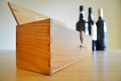 Hölzerne Getränke Kasten u. Wein stockbild