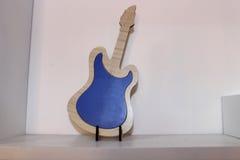 Hölzerne Gitarrenantike Lizenzfreie Stockfotos