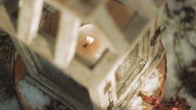 Hölzerne glasig-glänzende Laterne mit brennender Kerze nach innen stock footage