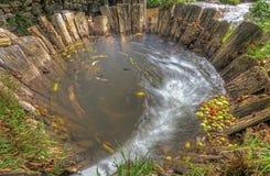 Hölzerne Grube mit Wasser und Äpfeln stockfotos