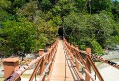 Hölzerne Hängebrücke zur Insel Stockbilder