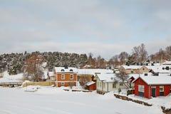 Hölzerne Häuser auf dem Fluss laufen in Porvoo, Finnland leer Stockbild