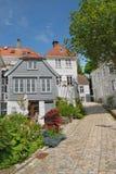 Hölzerne Häuser in Bergen stockfoto