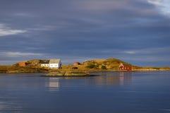 Hölzerne Häuser durch die Küste stockbilder