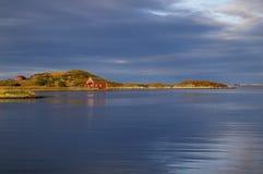 Hölzerne Häuser durch die Küste Stockfoto