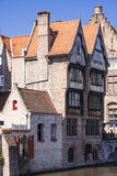 Hölzerne Häuser nähern sich Kanal in Brügge Lizenzfreie Stockfotografie