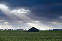 Hölzerne Hütte über Himmel mit Sonnenstrahlen Stockfoto