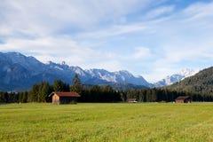 Hölzerne Hütte auf alpinen Wiesen im Morgen Lizenzfreies Stockfoto