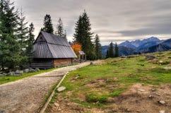 Hölzerne Hütte in den Bergen Stockfotos