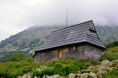 Hölzerne Hütte in den Bergen Stockfoto
