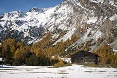 Hölzerne Hütte in den Bergen im Herbst Stockfotos