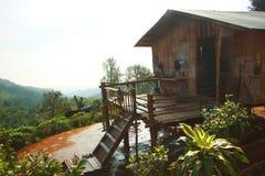 Hölzerne Hütte der thailändischen Art des Bergvolks an Doi PU-Muen in Fang Town, Chiang Mai Thailand Stockfotografie
